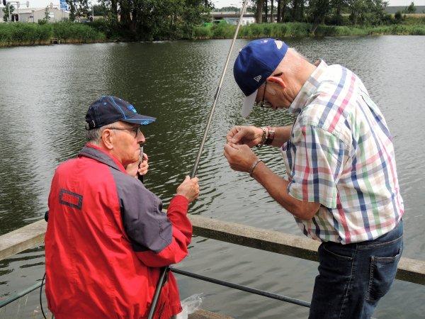 Deelnemers activiteitenbegeleiding Weldam trainen fijne motoriek op een visstek