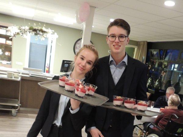 Studenten veroveren in Het Hof harten gasten Valentijnsdiner