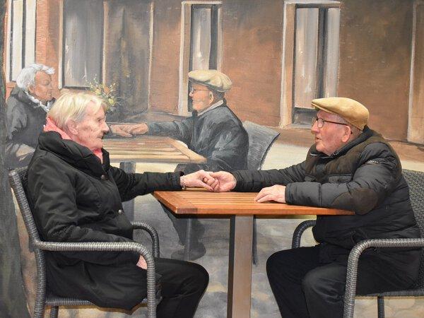 Truus en Jan stralen op muurschildering in Het Dijkhuis