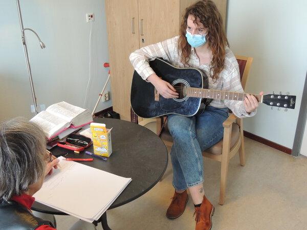 Met haar muziektherapie stimuleert Anne Willemstein lichaam en geest