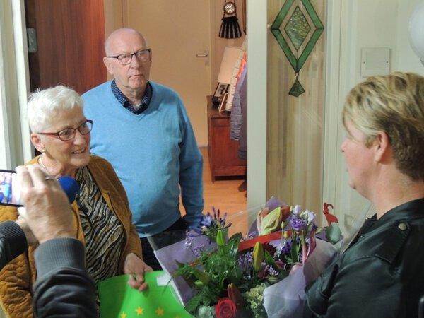 Persoonlijke bloemenhulde jubilerende Bornse vrijwilligers