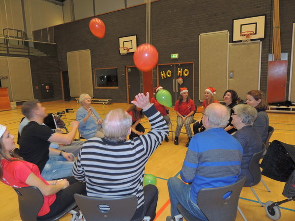 Leerlingen geven 'in eigen huis' les aan bewoners Het Borsthuis