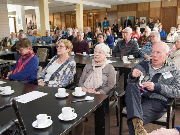 'Parkinson-cabaretier' Hans Holtslag treedt op tijdens Parkinson Café