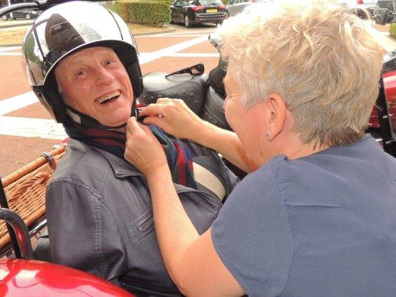 Dagbesteding Dijkhuis verrast Harry Heck met toerrit in motorzijspan